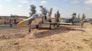 طائرة حربية ليبية تهبط على طريق عام في تونس (فيديو)