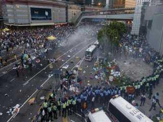 ترامب يخشى وقوع ضحايا.. مواجهات في مطار هونج كونج (فيديو)