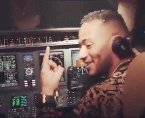 محمد رمضان يقود طائرة ركاب بنفسه متوجها للسعودية فيديو موقع السلطة