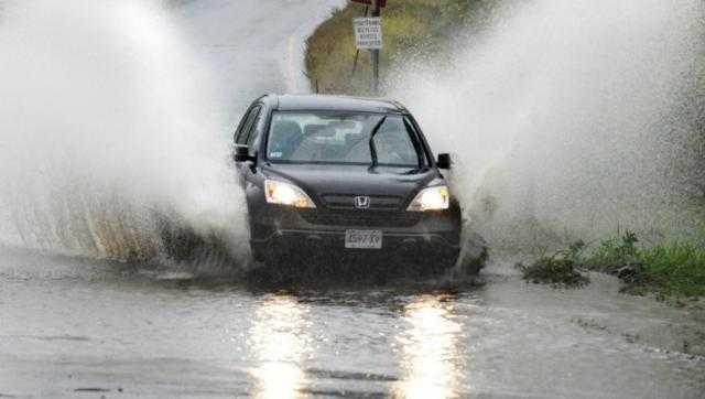 """بسبب الأمطار.. """"المرور"""" تحذر من السرعات العالية"""