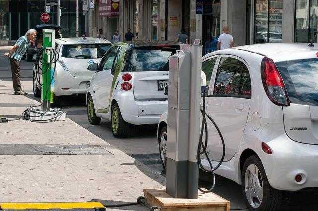 تعرف على سعر شحنة سيارات الكهرباء والمسافة التي تقطعها بها