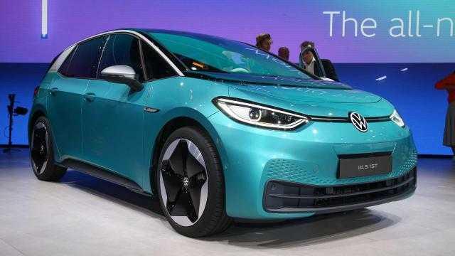 فولكس تبدأ تصنيع أصغر سيارة كهربائية.. تعرف عليها