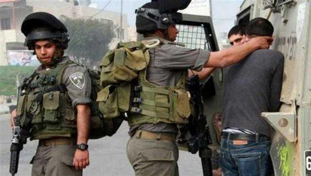 اعتقال 12 فلسطينيا في الضفة الغربية