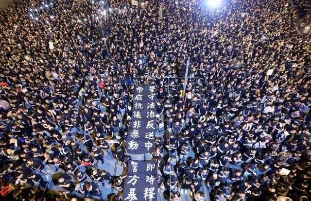 هونج كونج.. المئات يتظاهرون داخل جامعة البوليتكنيك (الفيديو)