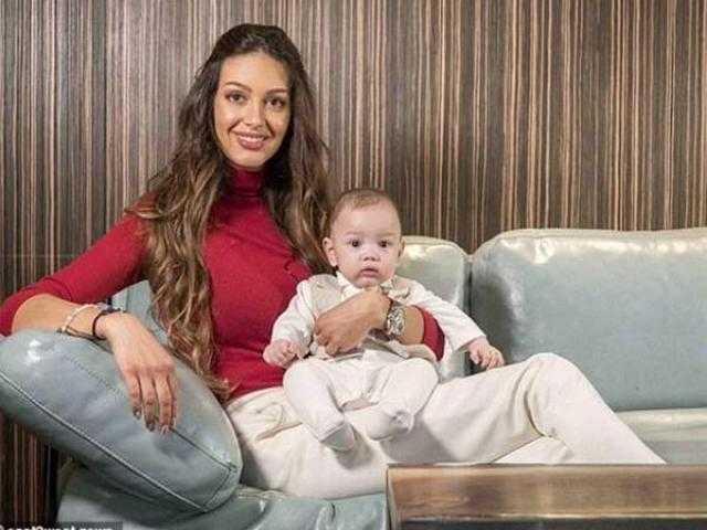 """ملكة جمال روسية ترسل خطابا لـ ملك ماليزيا للاعتراف بابنها: """"نسخة منك"""""""