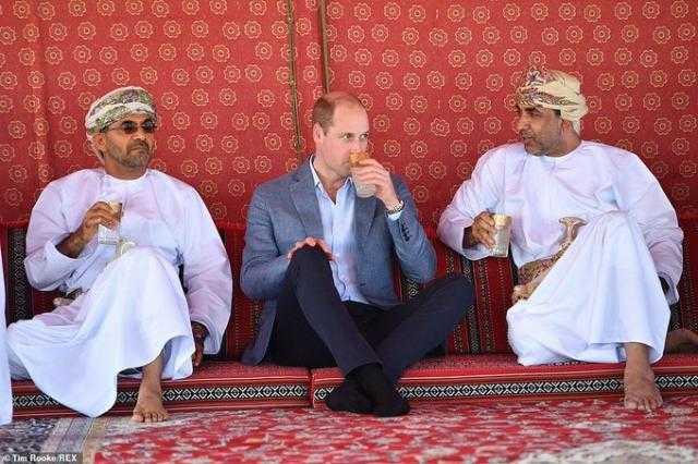 بدون حذاء.. الأمير وليام يختتم زيارته إلى سلطنة عمان (صور)