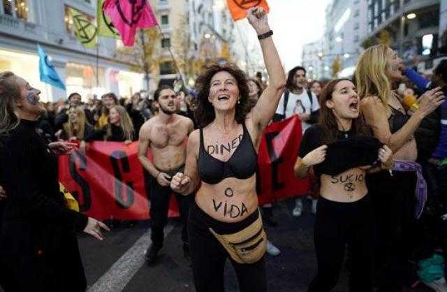 """مظاهرات بـ""""الملابس الداخلية"""" لمواجهة تغيرات المناخ بمدريد"""