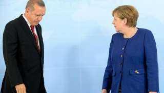 """جاهل بالبروتوكول .. ميركل تحرج أردوغان بسبب """"البالطو"""" (فيديو)"""