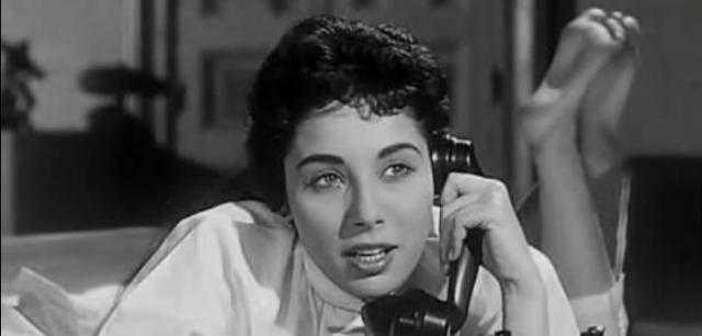 لبنى عبد العزيز .. عروس النيل التي شكت الوحدة وناصرت المرأة في أفلامها