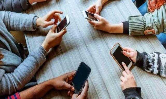 4 نصائح ذهبية لتنظيف الهواتف الذكية.. تعرف عليها