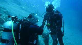 ملك الأردن ونجله ينظفان مياه خليج العقبة (فيديو وصور)