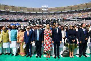 ترامب في الهند .. ارتدى الشال الهندي ودخل منزل غاندي وغنى مع الحشود