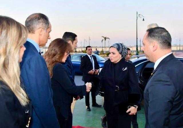 انتصار السيسي تقدم واجب العزاء لأسرة مبارك (صور)