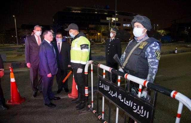 وزير الداخلية يتفقد انتشار القوات في الشوارع أثناء توقيت الحظر