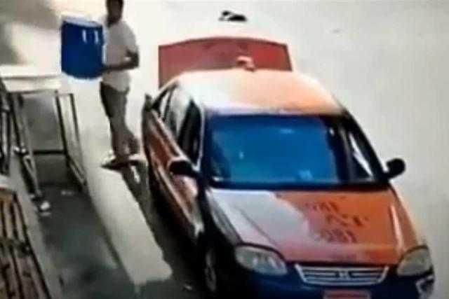 """فيديو مثير للشفقة.. سائق يسرق """"كولمان مياه سبيل"""" في البحر الأحمر"""