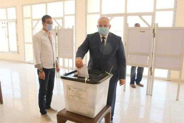 رئيس جامعة القاهرة يدلي بصوته في انتخابات مجلس الشيوخ