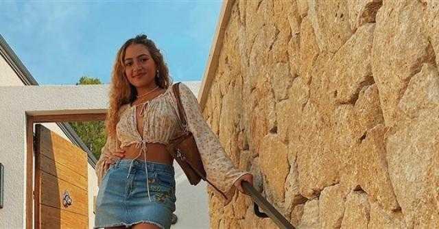جيب قصير.. كنزى عمرو دياب تعاود الظهور في إطلالة أنيقة