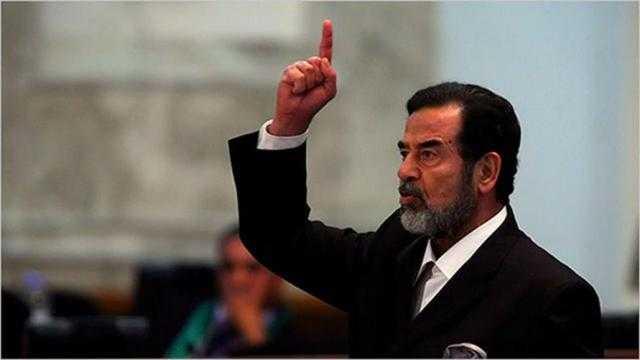 الجندي الذي أعـدم صدام حسين يكشف سر ما رآه قبل إعدامـه وجعله يبتسم ويردد الشهادة بقوة