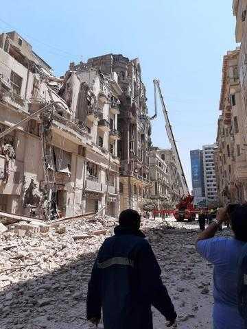 البحث عن شخصين فقدوا تحت أنقاض مبنى قصر النيل المنهار