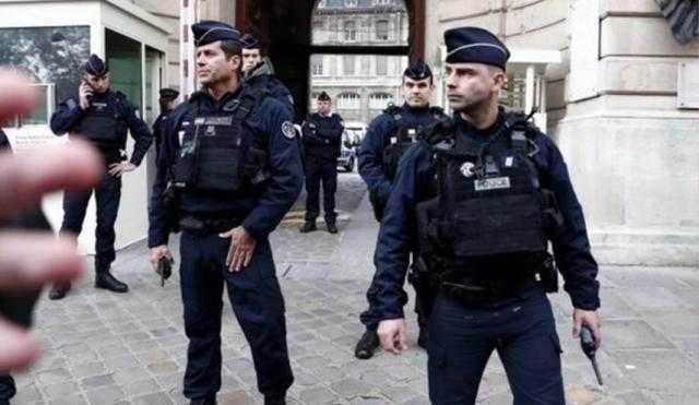 للتحقق من طرد مشبوه.. الشرطة الفرنسية تخلي محيط قوس النصر وسط باريس