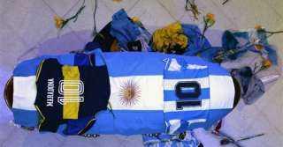 عاجل.. وصول جثمان مارادونا إلى مقبرة في بوينس آيرس (فيديو)