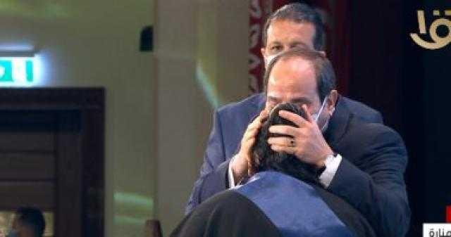 عاجل.. الرئيس السيسي يقبل رأس أم الشهيد عريف عماد أمير خلال الندوة التثقيفية
