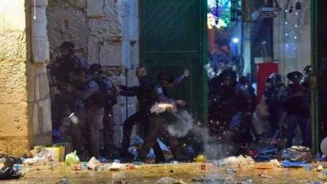 عاجل.. مواجهات عنيفة داخل باحات المسجد الأقصى