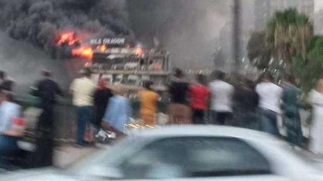 عاجل.. حريق هائل في باخرة نيلية ثابتة بالقرب من كوبري الجامعة «صور»