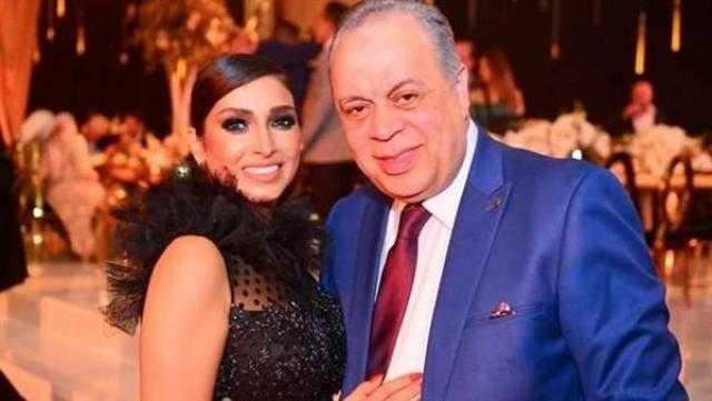 روجينا تهدي جائزة الإبداع من مهرجان الفضائيات العربية لزوجها أشرف زكي