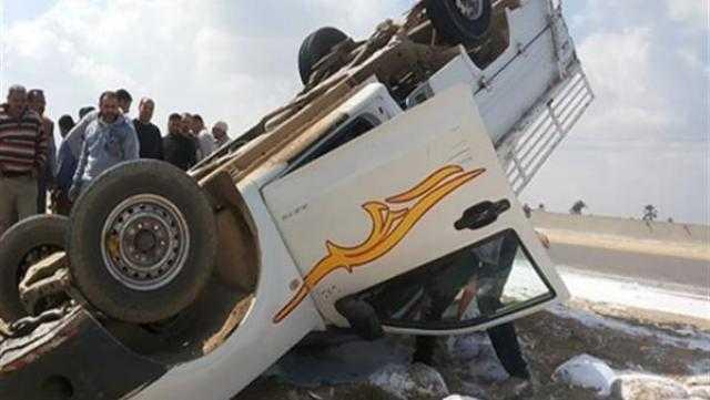 عاجل.. مصرع عامل وإصابة 12 آخرين في حادث انقلاب سيارة
