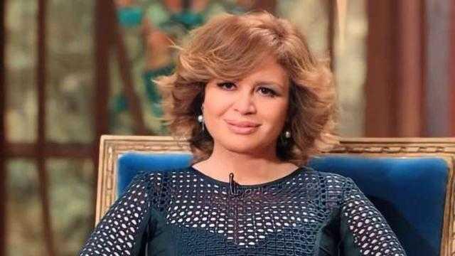 إلهام شاهين تسلم حنان مطاوع جائزتها بمهرجان الإسكندرية السينمائي