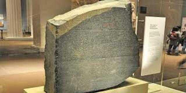 تفاصيل صادمة.. كيف تمكن شامبليون من فك رموز حجر رشيد؟