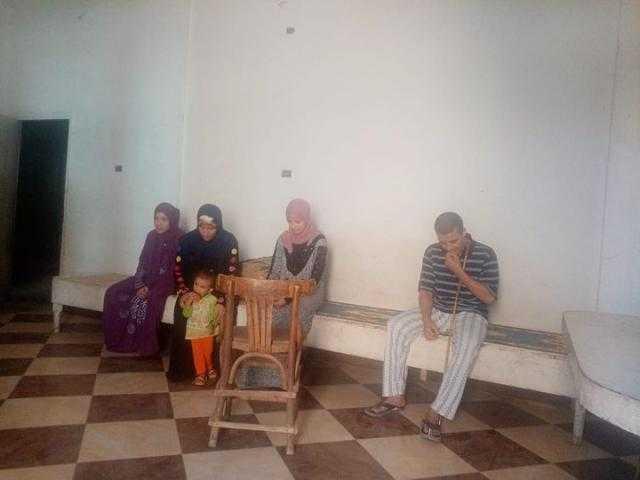 بين جدران العمى وتحت سقف الفقر.. على: يعيش مع أبنائه ويطلب المساعدة من المسئولين بقنا