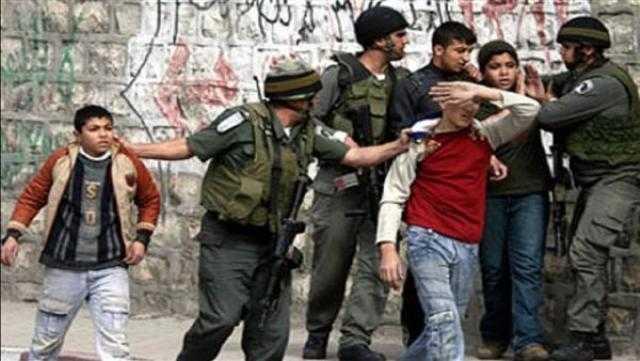 عاجل.. قوات الاحتلال تعتدي على الفلسطينيين فى باب العمود