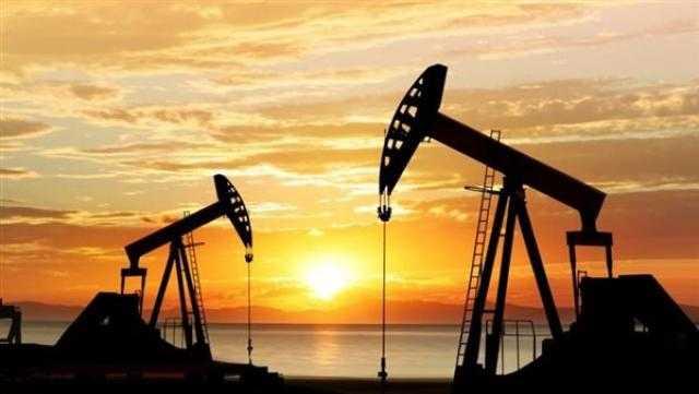 النفط يغلق مرتفعا مع تراجع مخزونات النفط الأمريكية
